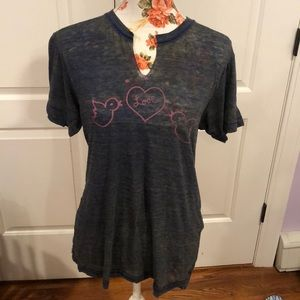 Super cute and trendy t shirt in great condition